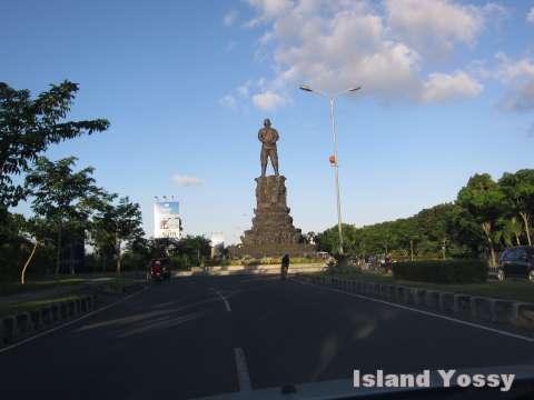 ングラライさんの大きな銅像